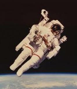 تعرف عن قرب علي حياة رواد الفضاء