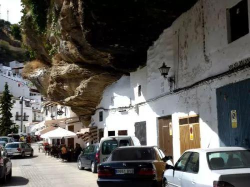 غرائب الطبيعة مدينة صغيرة تعيش تحت صخرة ضخمة