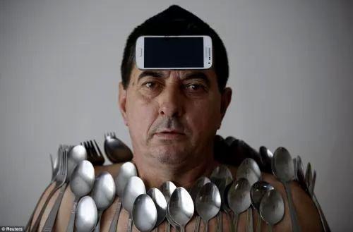 صور غريبة : الرجل المغناطيس كل الاشياء تلتصق بجلده