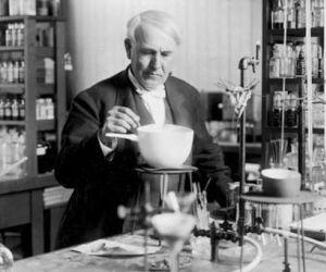 معلومات عن توماس اديسون مخترع المصباح الكهربائي