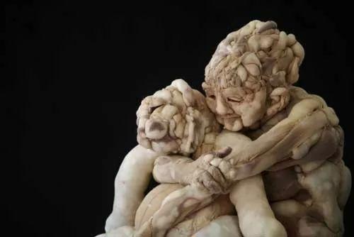 غرائب وعجائب العالم - فنان يشكل منحوتات للانسان بجوارب نسائية