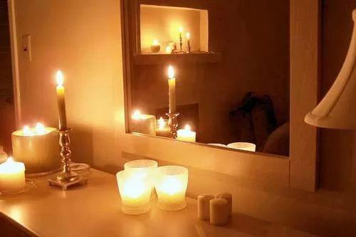 كيف يمكن تزيين غرف النوم بالشموع ؟   سحر الكون