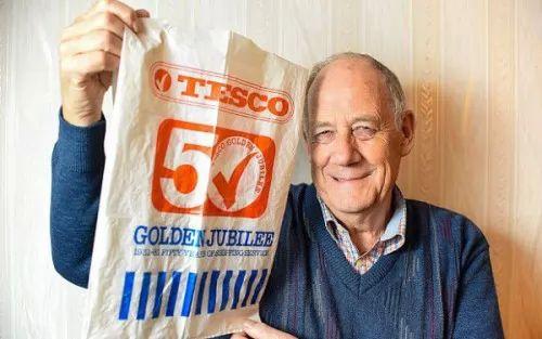 صور - طرائف وغرائب - رجل يستخدم كيس بلاستيك فى التسوق لـ 34 سنة