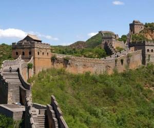 كم يبلغ طول سور الصين العظيم وما هي قصة بنائه ؟