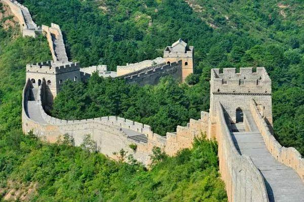 صور - كم يبلغ طول سور الصين العظيم وما هي قصة بنائه ؟