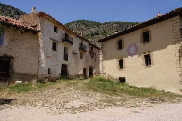 زوجان يعيشان فى قرية مهجورة منذ 45 عام 8748_1_or_1477579752.jpg
