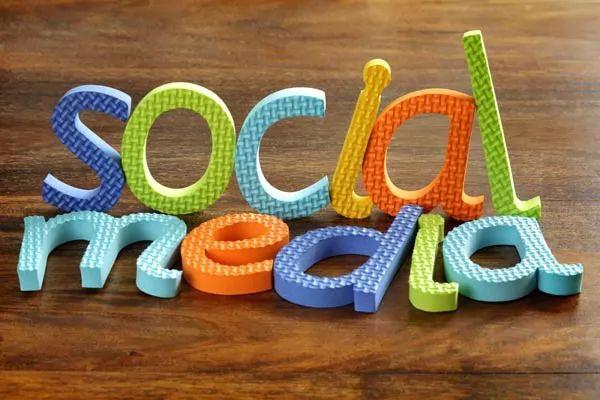صور - ما هي سلبيات مواقع التواصل الاجتماعي ؟