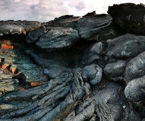 دائما ما يذكرنا النشاط البركانى ان هذا الكوكب الذى نعيش عليه يضم العديد من الظواهر الجيولوجية المتغيرة باستمرار ، و البراكين هى الصدوع التى تسمح ...