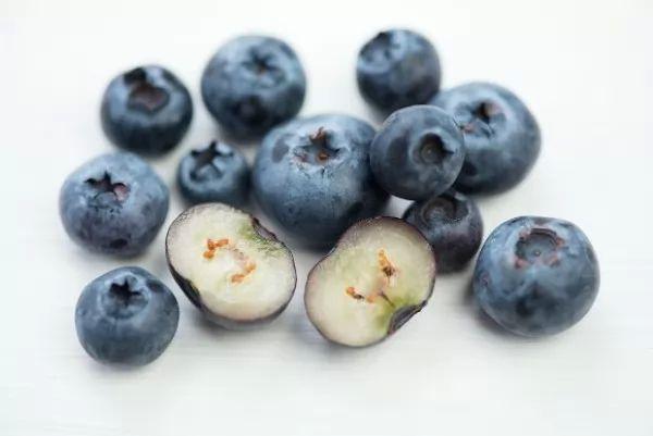 صور - حقائق عن العناصر الغذائية والفوائد الصحية للتوت الأزرق