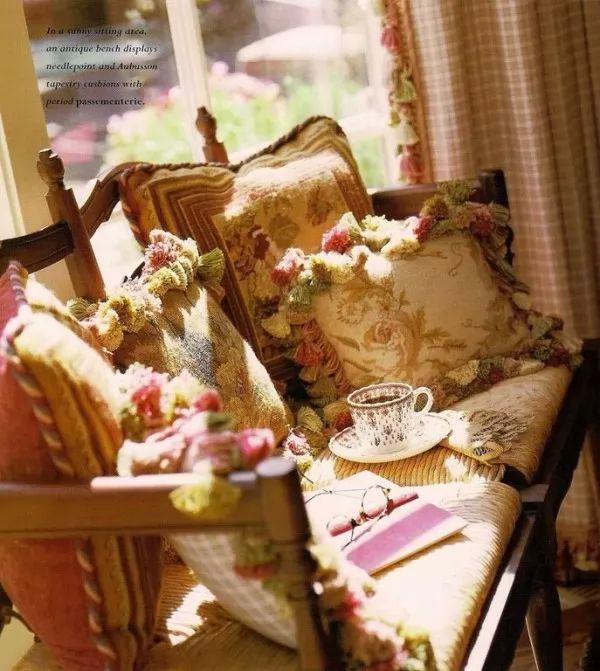 صور - تزيين المنزل بوسائد على الطراز الفرنسى