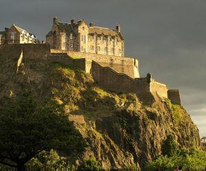 يعتبر العثور على اكبر القلاع في العالم ليس واضحا كما يبدو، فأولا، على الرغم من أننا نعرف ان القلاع عادة ماتعرف باسم الهيكل الدفاعي لمقر الحاكم أو ...