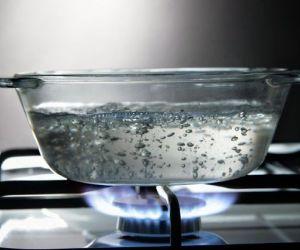من المعروف ان إضافة الملح إلى الماء في الواقع يعزز نقطة او يزيد من درجة غليان الماء بضع درجات، ولكن حتى مع وجود نقطة غليان أعلى