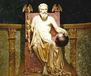 تمثال زيوس يصل ارتفاع الي 40 قدما عاليا ، ومصنوع هذا التمثال من العاج والذهب، وهو عبارة عن تمثال جالس للإله زيوس، ملك كل الآلهة اليونانية