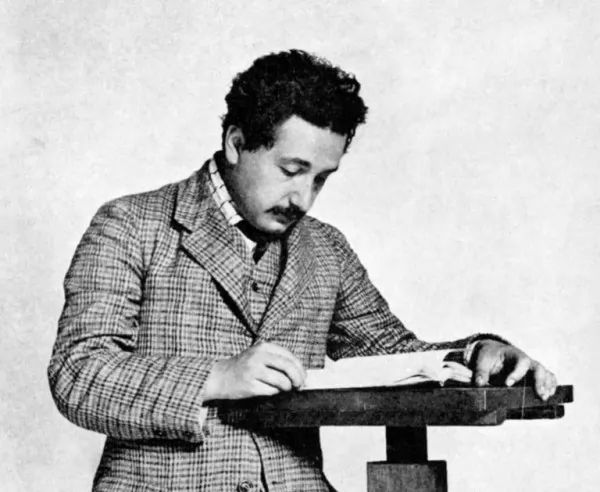 صور - ما هى قصة حياة البرت اينشتاين صاحب النظرية النسبية ؟