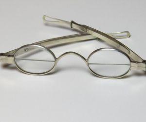 ماذا تعرف عن اختراع النظارة ثنائية البؤرة ؟