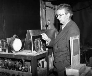 كان المهندس الاسكتلندي جون لوجي بيرد هو اول من اخترع صور اشياء على البث التلفزيوني وجعلها تتحرك ، واخترع ايضا التلفزيون الملون في عام 1928