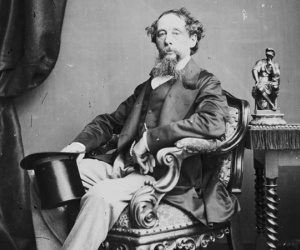 كان تشارلز ديكنز هو المؤلف البريطاني الملئ بالحب الوافر ، وقد استطاع تشارلز ديكنز كتابة العديد من الاعمال التي تعتبر الآن من الكلاسيكيات