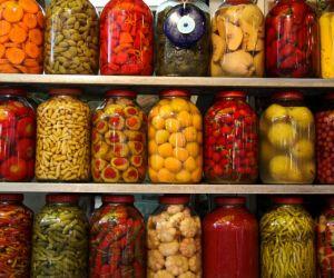 حفظ الطعام هو علم معالجة ومعاملة المواد الغذائية التي تهدف إلى وقف أو إبطاء التلف وفقدان الجودة، وعدم فقد القيمة الغذائية، والحفاظ على فترة صلاحية ...