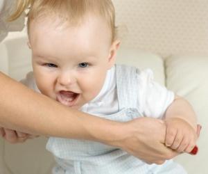 العض عند الأطفال هو أمر طبيعي فى مرحلة الطفولة، الأطفال الصغار تقوم بالعض لأسباب مختلفة ، منها التسنين ومنها ايضا انهم يحبون لفت انتباه من حولهم