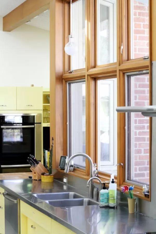 تنظيف الشبابيك الخاصة بالمطبخ