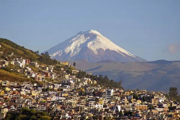 بركان كوتوباكسي من اشهر البراكين في العالم