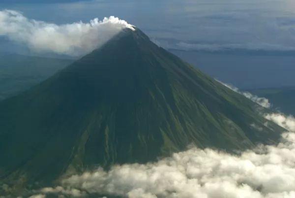 بركان مايون من اشهر البراكين في العالم