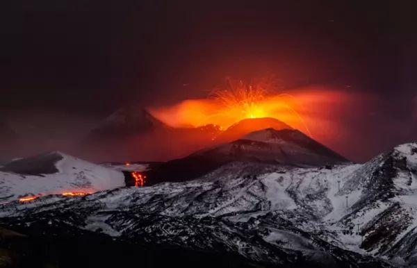 بركان جبل إتنا من اشهر البراكين في العالم