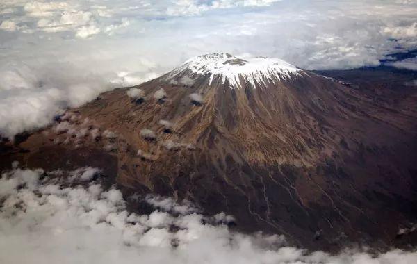بركان جبل كليمنجارو من اشهر البراكين في العالم