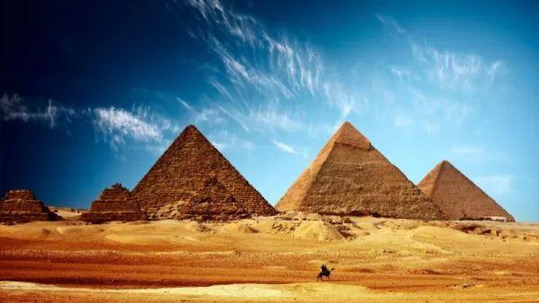 اهرامات الجيزة من اشهر المعالم السياحية في العالم