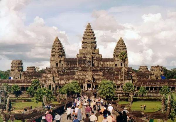 من اشهر المعالم الاثرية في العالم معبد أنغكور وات