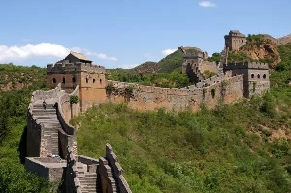 من اشهر المعالم الاثرية في العالم سور الصين العظيم