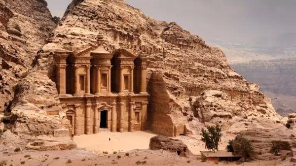 من اشهر المعالم الاثرية في العالم مدينة بيترا