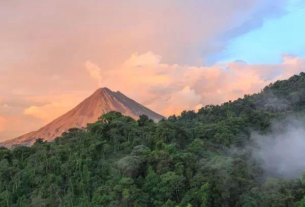 بركان أرينال من اشهر البراكين في العالم