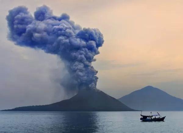 بركان كراكاتوا من اشهر البراكين في العالم