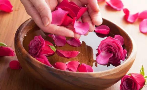 فوائد ماء الورد للبشرة والشعر