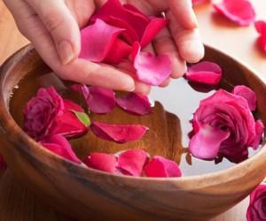 10 من اهم فوائد ماء الورد للبشرة والشعر