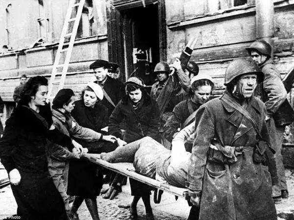 انقاذ جرحى حصار لينينغراد بعد فك الحصار