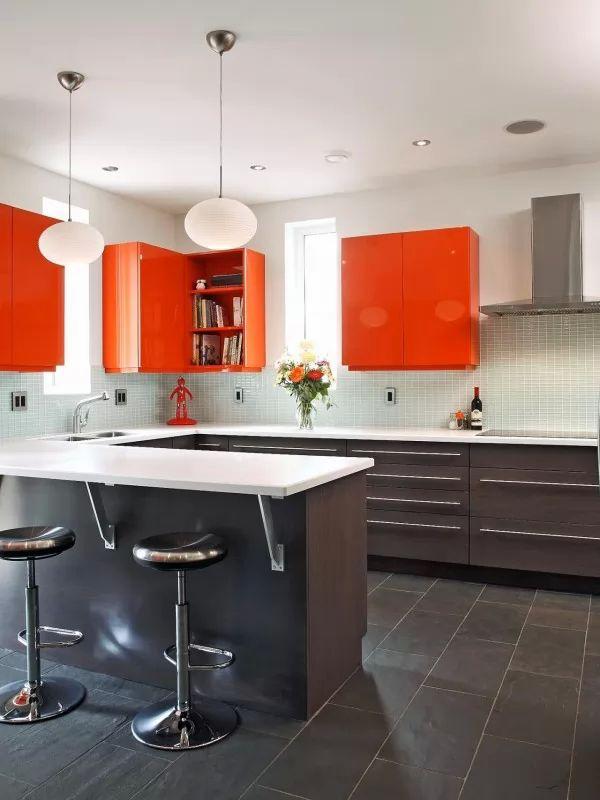 اختيار الوان المطابخ السوداء وتركيبها مع اللون البرتقالى