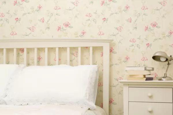 تصميم ورق جدران 2018 لمساحات غرف النوم الصغيرة