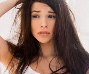 كيفية ازالة القشرة من الشعر بشكل طبيعى فى المنزل ؟