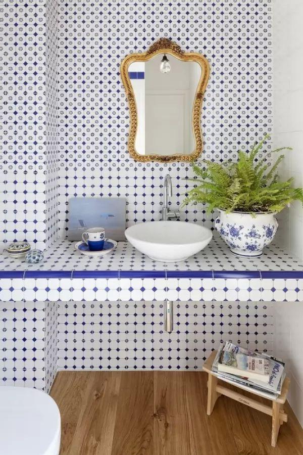 نقوشات بسيطة باللون الازرق فى بلاط الحمامات المودرن