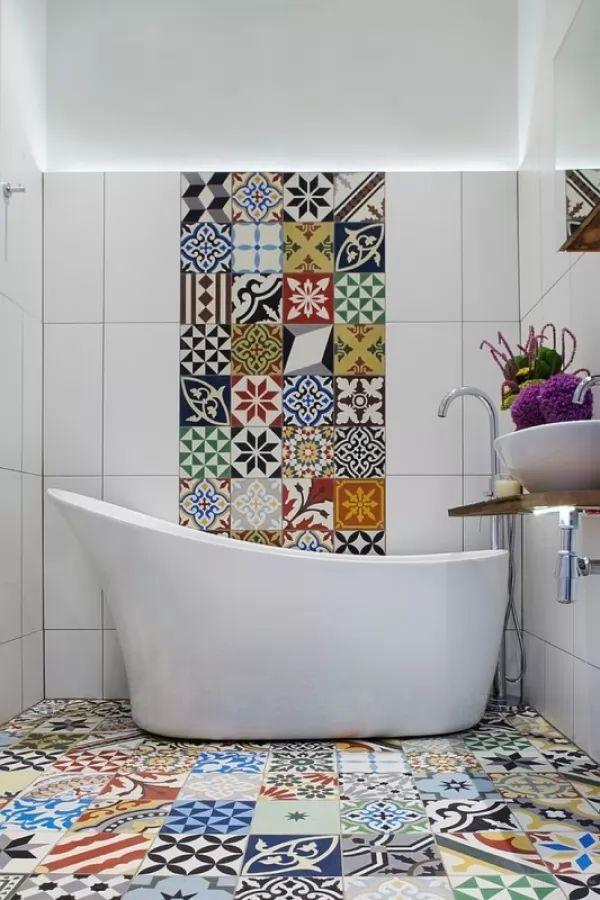 بلاط الحمامات بالزخارف الرائعة والالوان الجريئة
