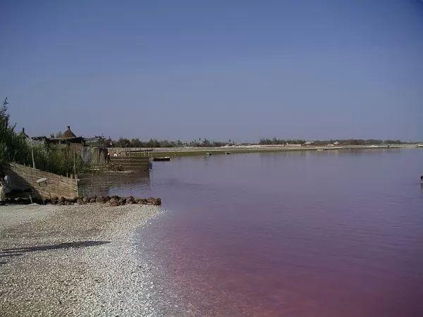 10 من أجمل البحيرات الملونة في العالم The-most-beautiful-lakes-in-the-world_10415_1_1523759329