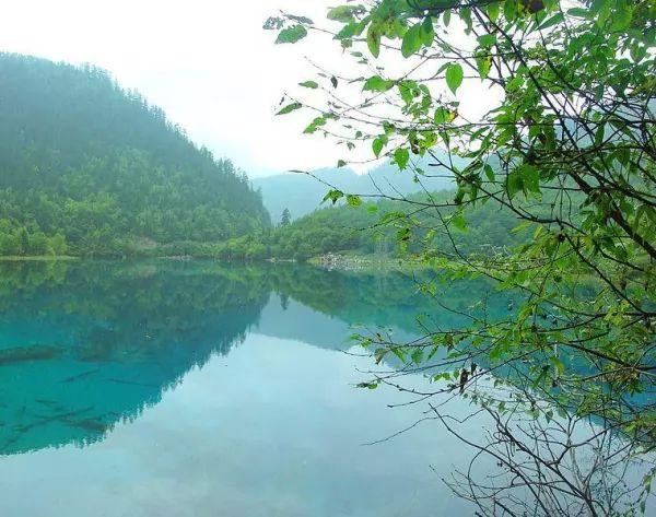 10 من أجمل البحيرات الملونة في العالم The-most-beautiful-lakes-in-the-world_10415_1_1523759378