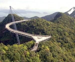 تم بناء بعض الجسور في العالم لا لشئ إلا من أجل السلامة والعمر الإفتراضي الطويل، بينما التصميم الجمالي يأتي كشئ ثانوي، ولكن جسر كجسر خليج جياوزو الذي ...