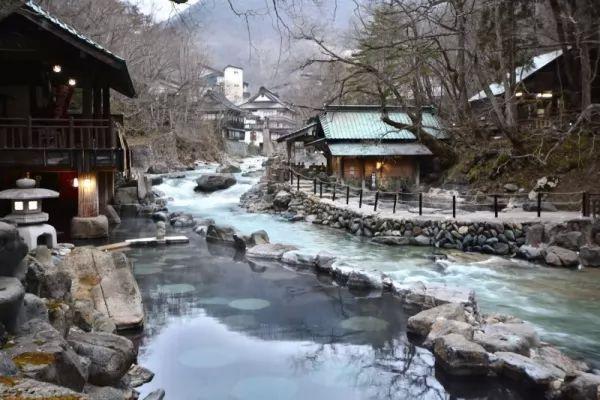 أجمل الينابيع الساخنة في العالم بالصور Hot-springs_11013_1_1551366948