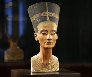 الملكة نفرتيتي هي ملكة مصرية اشتهرت بجمالها، وحكمت نفرتيتي إلى جانب زوجها الفرعون إخناتون، في منتصف القرن الثالث عشر قبل الميلاد، وتعتبر الملكة ...