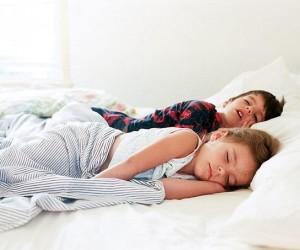 إذا كان لديك أطفال كبار في السن، فإن وجود طفل جديد حديث الولادة في المنزل يمكن أن يجعل روتين النوم الذي يعمل للجميع يبدو مستحيلًا ولا تقلق هناك حلول ...